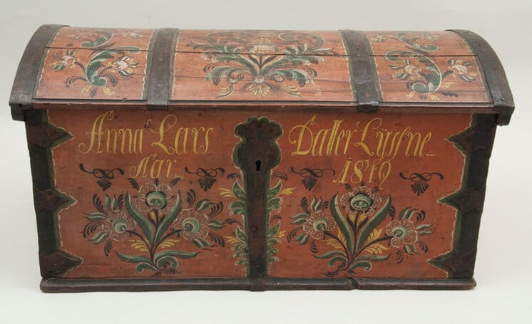 Trunk with Valdres style rosemaling on top