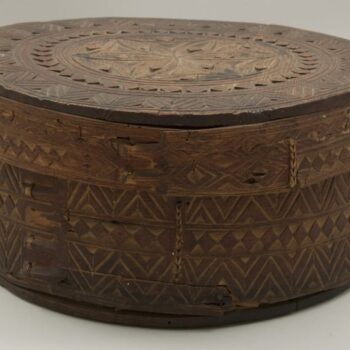 Round bentwood box with narrow edged cover Front - Decorative Woodcarving