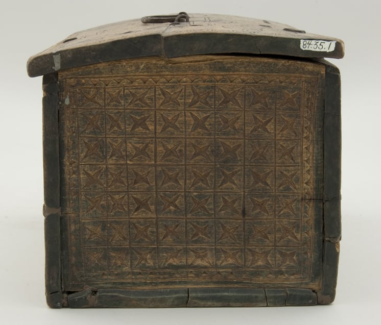 Rectangular, pegged construction letter box with slightly rounded cover right side - Decorative Woodcarving