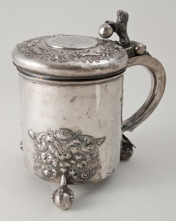 Tankard with a hammered body, with deep repoussé and chased floral decoration - Norwegian Metalworking