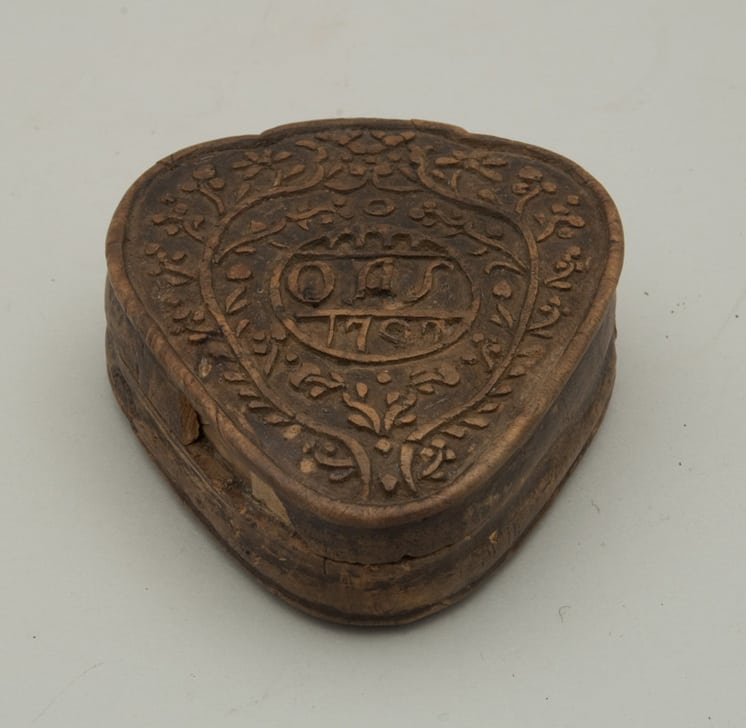 Heart-shaped snuff box with hinged cover carved from burl - Decorative Woodcarving