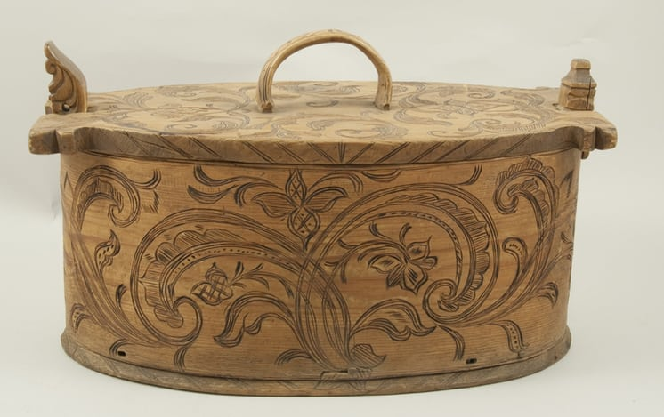 Oval bentwood box with birch root lacing front - Decorative Woodcarving
