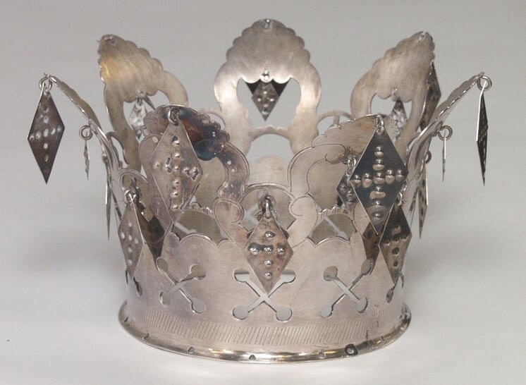 Bridal crown with two sizes of diamond-shaped ornaments hang from the crown
