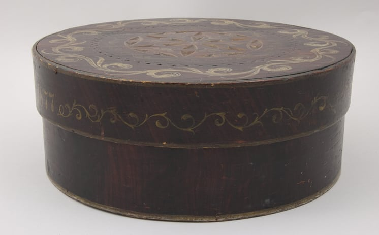 Round bentwood box with overlapping lid front - Decorative Woodcarving