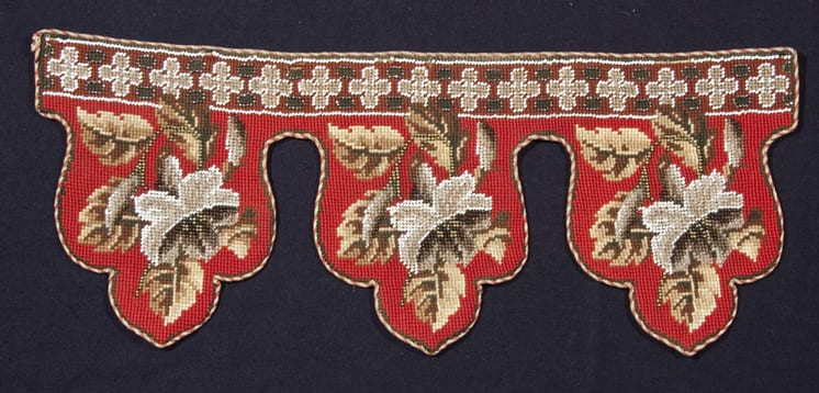 Lambrequin with needlepoint with wool yarns and glass bead - Textiles