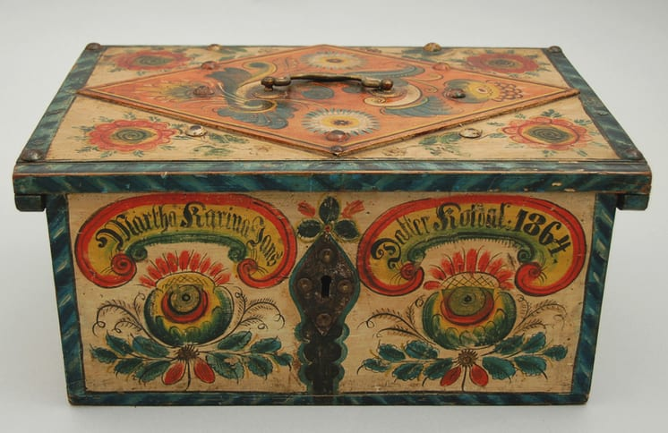Rectangular box with dovetailed construction and secret drawer in its base - Rosemaling