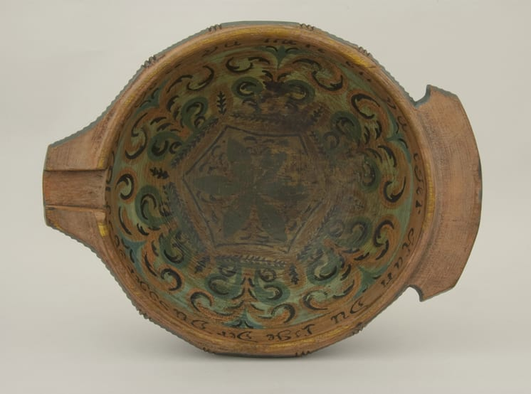 Deep, outflaring, bowl with decorative notches and fluting - Rosemaling