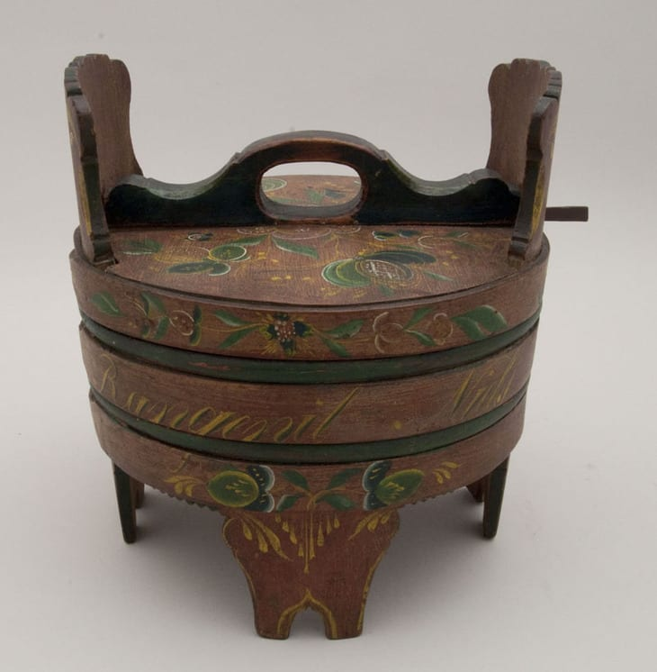 Stave box with alternating bent wood and rounded birch bands - Rosemaling