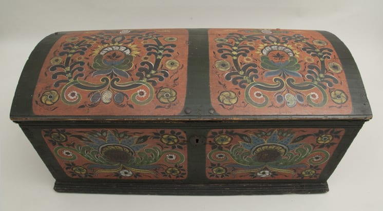 Trunk with top and front panel painted in Hallingdal style rosemaling - Rosemaling