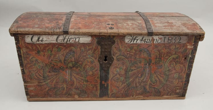 Trunk with rosemaling on front panel - Rosemaling & Decorative Painting