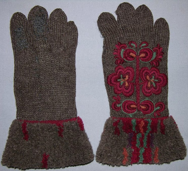 Dark grey knitted gloves with embroidered flowers - Textiles