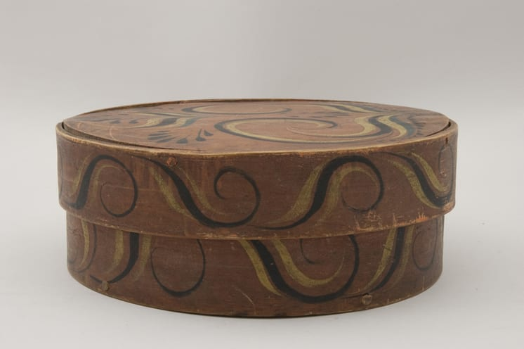 Round bentwood box with birch root laced sides - Rosemaling