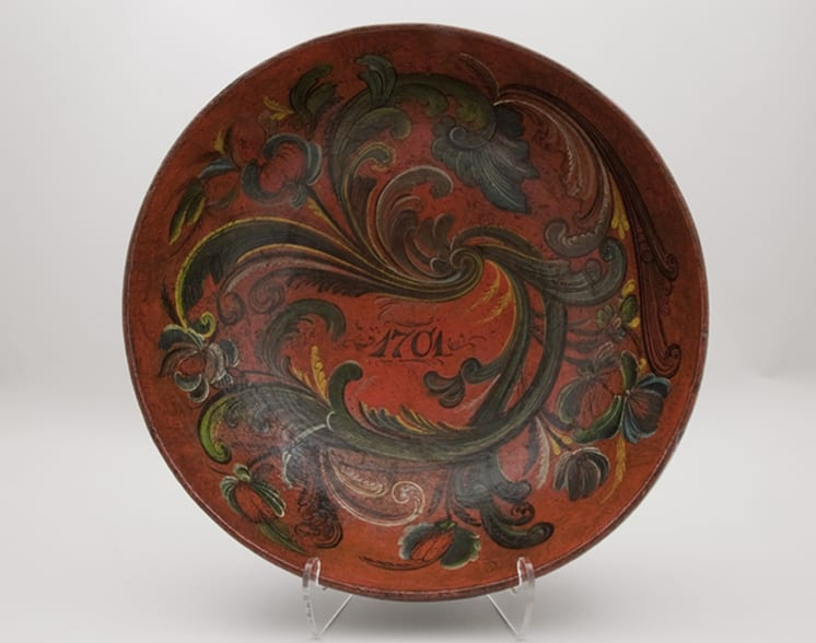 Large bowl carved from a single piece of wood, The design of the bowl is too intricate for a date of 1701 - Rosemaling