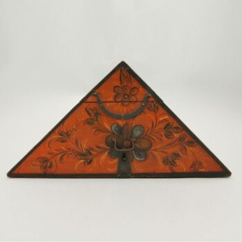 Triangular hat box withe pegged corners - Rosemaling