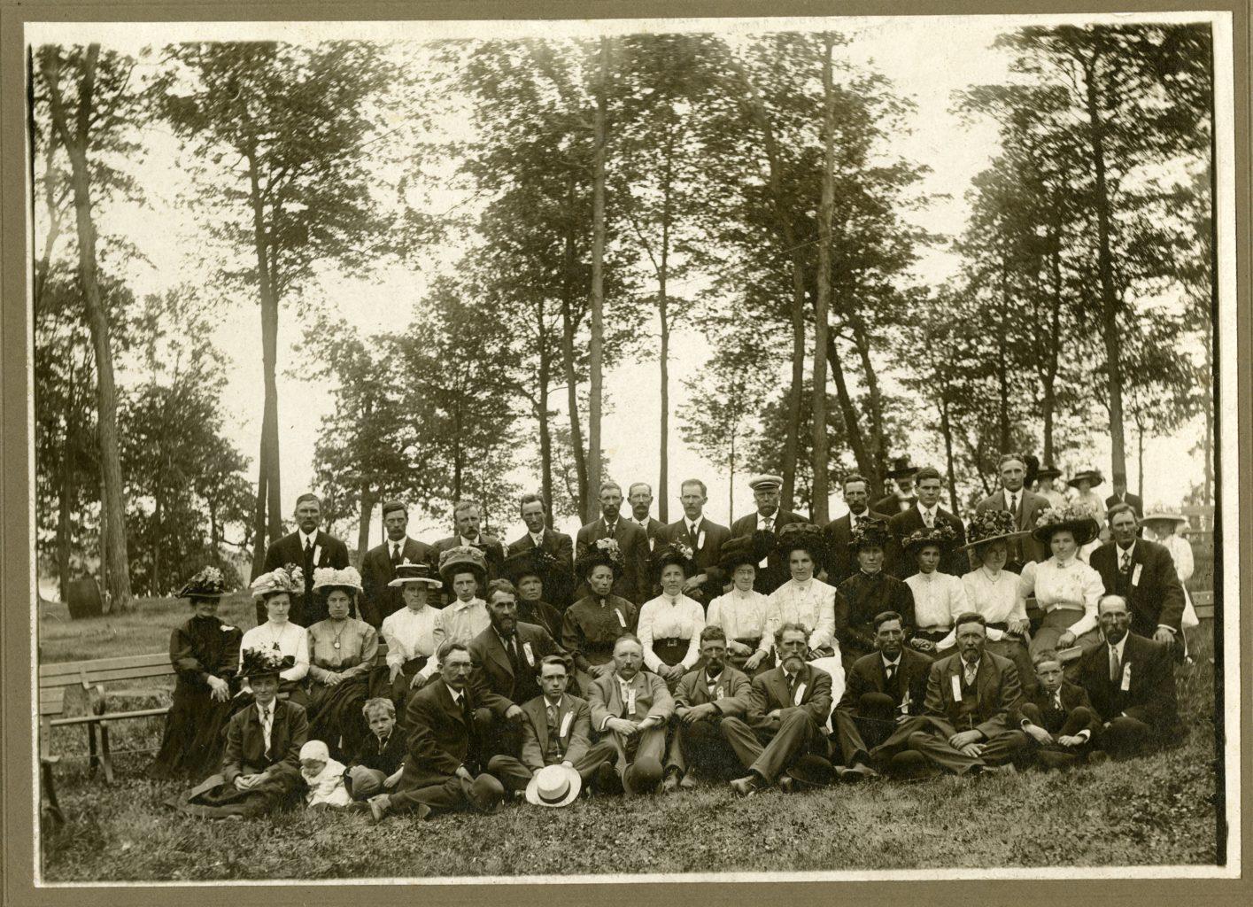 Group photo of men and women of Nordfjordlaget.